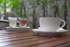 在杯子和糖的咖啡在早晨时间 库存图片