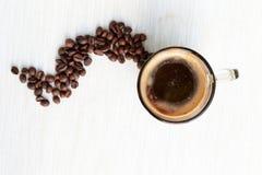 在杯子和豆的咖啡 免版税库存图片