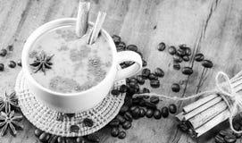 在杯子的一份咖啡用咖啡豆和肉桂条 免版税图库摄影