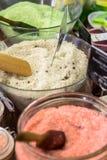 在杯子的五颜六色的腌制槽用食盐 免版税库存照片