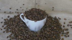 在杯子的倾吐的咖啡豆 股票录像