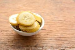 在杯子的切的香蕉 免版税库存照片