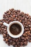 在杯子的咖啡在咖啡豆 免版税库存图片