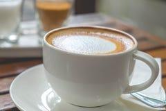 在杯子的咖啡在早晨时间 免版税库存照片