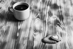 在杯子的咖啡在背景的木桌上 定调子 免版税图库摄影
