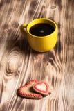 在杯子的咖啡在背景的木桌上 免版税库存图片