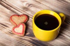 在杯子的咖啡在背景的木桌上 图库摄影