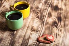 在杯子的咖啡在背景的木桌上 库存照片