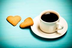 在杯子的咖啡在蓝色木桌上 定调子 库存照片