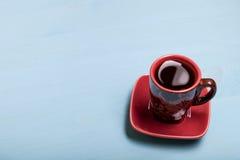 在杯子的咖啡在蓝色木桌上 免版税图库摄影