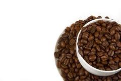 在杯子的咖啡豆。 库存图片