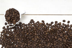 在杯子的咖啡豆在白色木头和豆 库存图片