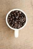在杯子的咖啡豆 免版税库存图片