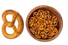 在杯子的啤酒和盐味的bretzels作为开胃菜 免版税库存图片
