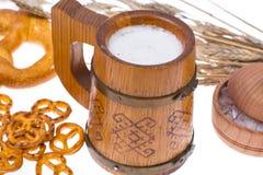 在杯子的啤酒和盐味的bretzels作为开胃菜 免版税库存照片