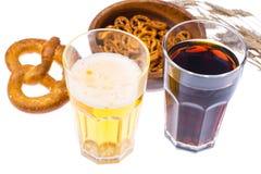 在杯子的啤酒和盐味的bretzels作为开胃菜 免版税图库摄影