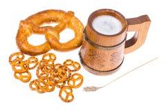 在杯子的啤酒和盐味的bretzels作为开胃菜 库存图片