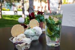 在杯子的在桌上的冰淇凌和饮料 免版税库存图片