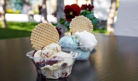 在杯子的在桌上的冰淇凌和饮料 图库摄影