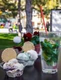在杯子的在桌上的冰淇凌和饮料 免版税库存照片