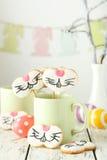 在杯子的复活节曲奇饼 图库摄影