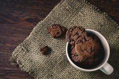 在杯子的巧克力曲奇饼 免版税图库摄影