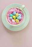 在杯子的微型复活节彩蛋以垂直格式 库存图片