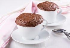 在杯子的快的巧克力蛋糕 库存照片