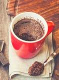 在杯子的快的巧克力蛋糕 免版税库存图片