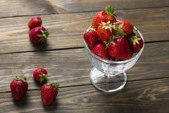 在杯子的成熟草莓 库存图片