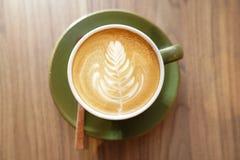 在杯子的拿铁热的咖啡,早晨刷新 库存照片