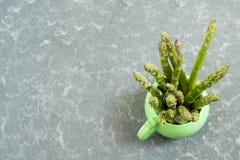 在杯子的新鲜的绿色芦笋 库存照片