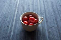 在杯子的新鲜的蕃茄 免版税库存图片