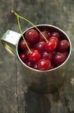 在杯子的樱桃 免版税库存照片