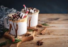 在杯子的热巧克力在木背景,拷贝空间 免版税库存照片