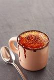 在杯子的焦糖奶油 免版税库存图片