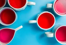 在杯子的红色清凉茶在蓝色背景 免版税库存照片