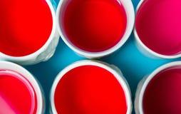 在杯子的红色清凉茶在蓝色背景 图库摄影