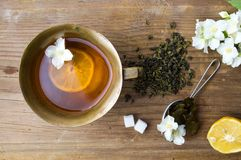 在杯子的绿色和茉莉花茶混合物 免版税库存图片