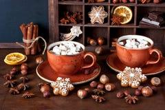 在杯子的自创热巧克力用蛋白软糖 免版税库存图片