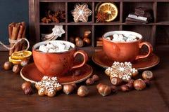 在杯子的自创热巧克力用蛋白软糖 免版税图库摄影