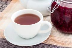 在杯子的茶用甜自创果酱 免版税库存图片