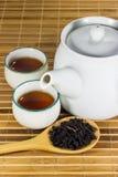 在杯子的茶用茶叶 免版税库存照片