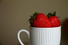 在杯子的草莓 免版税库存照片