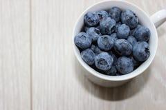 在杯子的蓝莓 库存照片
