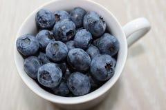 在杯子的蓝莓 免版税库存图片