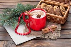在杯子的蛋黄乳鸡尾酒安排了与圣诞节装饰和c 库存图片