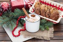 在杯子的蛋黄乳鸡尾酒安排了与圣诞节装饰和c 图库摄影