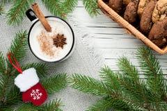 在杯子的蛋黄乳鸡尾酒安排了与圣诞节装饰和co 免版税库存照片