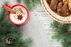 在杯子的蛋黄乳鸡尾酒安排了与圣诞节装饰和co 免版税库存图片